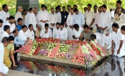 YS Jagan pays tribute to YSR at Idupulapaya Photo Gallery - YSRCongress